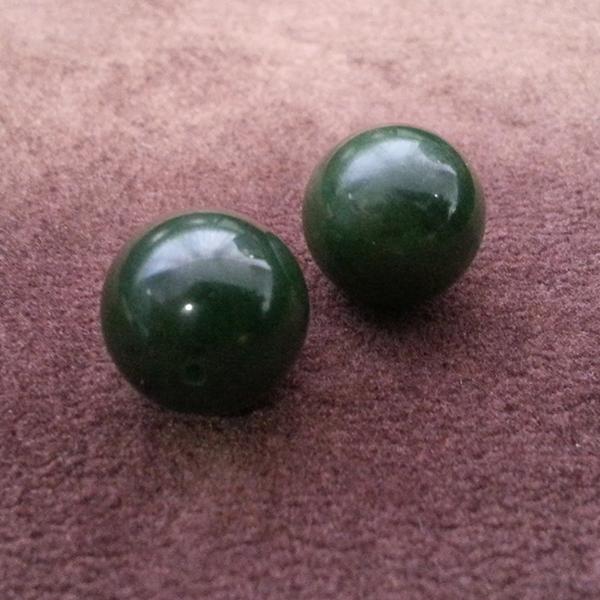 Бусины  из зелёного нефрита.
