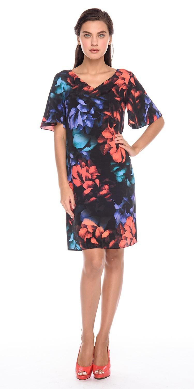 Платье З190-591 - Легкое летнее платье с крупным цветочным принтом на насыщенном черном фоне. Флористические мотивы и буйство красок платья создают легкий летний мечтательный образ.Летнее платье свободной формы с V-образным вырезом и непринужденными расклешенными рукавами.Исключительную неповторимость модели придает глубокий V-образный вырез на спинке, который украшен широкими коралловыми лентами. Ленты вы можете оформить в виде банта или завязать на узел.Состав ткани платья 100% вискоза – самая мягкая на ощупь, тонкая, шелковистая сияющая материя. Весной и летом его можно надеть практически по любому случаю. Это превосходное решение для повседневного образа и особенных событий.