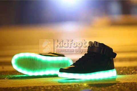 Светящиеся высокие кроссовки с USB зарядкой Fashion (Фэшн) на шнурках и липучках, цвет черный, светится вся подошва. Изображение 18 из 22.