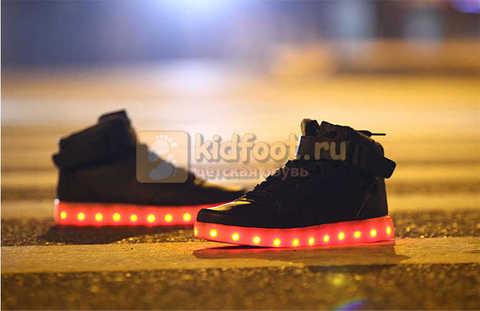 Светящиеся высокие кроссовки с USB зарядкой Fashion (Фэшн) на шнурках и липучках, цвет черный, светится вся подошва. Изображение 21 из 22.