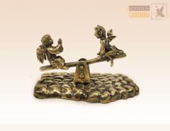 Ангелочек и Чертенок на качелях на бронзовой брусчатке