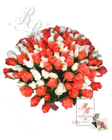 Букет 25 роз кораллово-белый микс
