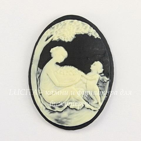 """Камея """"Девушка с ангелочком"""" цвета слоновой кости на черном фоне 40х30 мм"""