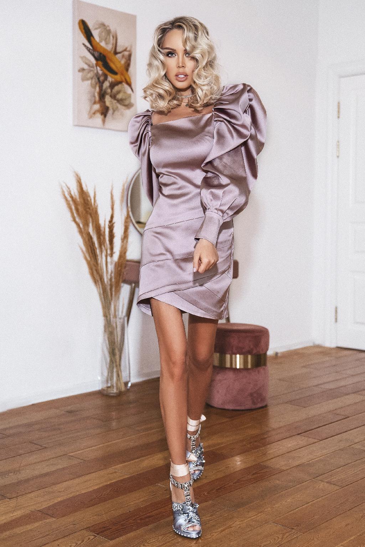 Атласное платье пудрового цвета с рукавами буф