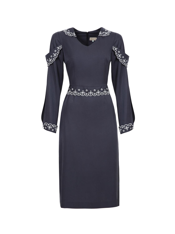 Платье-футляр с вышивкой
