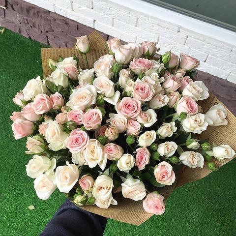 Букет из кустовых роз (розовые и кремовые)