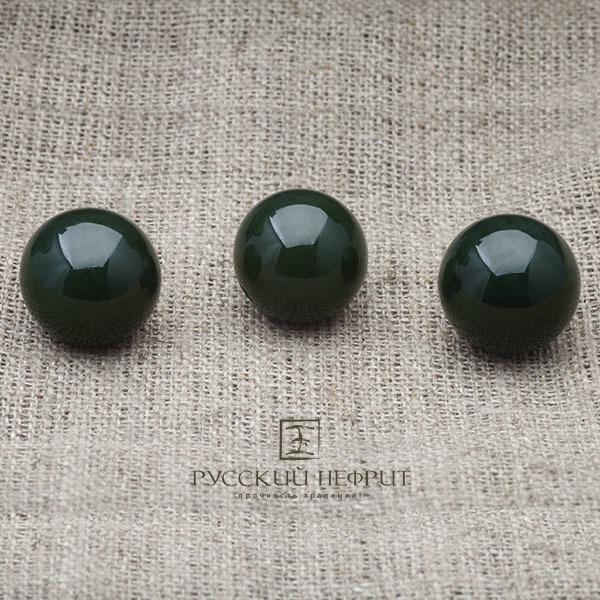 Бусины 15 мм из зелёного нефрита.