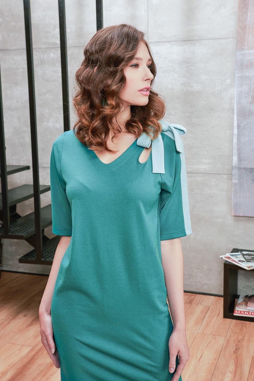 Платье З435-696 - Бирюзовое платье навивает ощущения, связанные с морскими волнами, чистым небом или легким бризом. Сочный насыщенный однотонный цвет платья вызывает чувство беззаботности, радости и расслабления.Великолепно разбавляет бирюзу светло-голубая вставка на левом плече, которая переходит в завязывающиеся элементы. Привлекает внимание каплевидные вырезы на левом плече со стороны полочки и спинки.Полуприлегающий покрой универсально подойдет многим женщинам любого возраста. Прямое платье отличает лаконичный и минималистичный дизайн.Бирюзовое платье великолепно украсит ваш образ и создаст яркое оживленное настроение