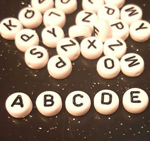 Бусина из белого акрила - буква «E»