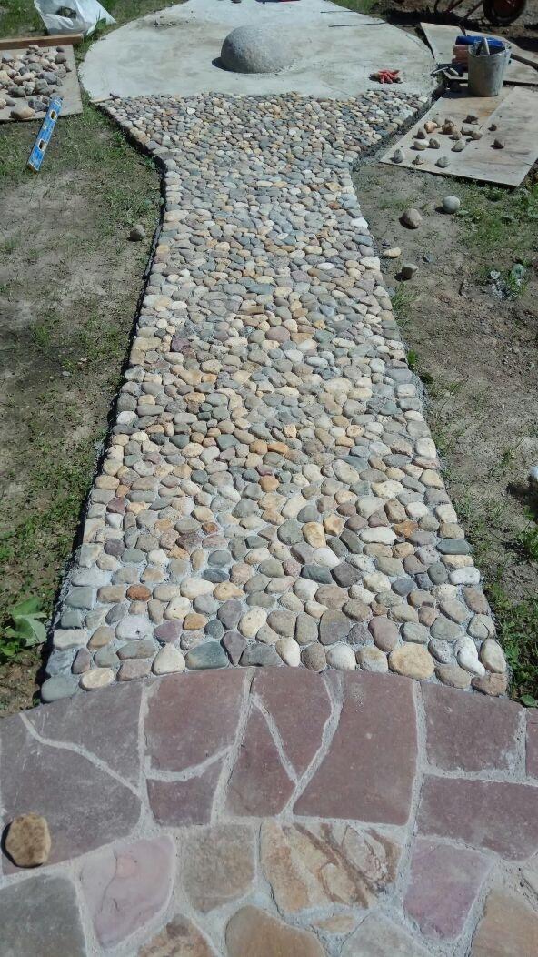Мощение дорожки камнем плоским речным булыжником