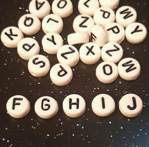 Бусина из белого акрила - буква «H»