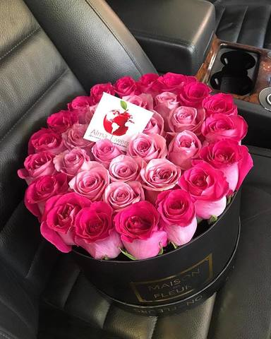 Розовые розы в подарочной коробке
