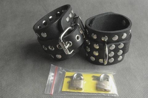 БДСМ наручники из натуральной кожи с декоративной фурнитурой с цепочкой в комплекте