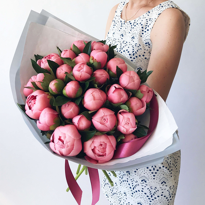 Купить букет 29 розовых коралловых лососевых пионов в Перми