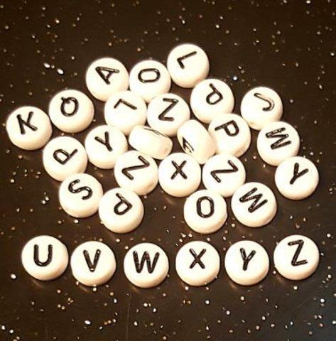 Бусина из белого акрила - буква «U»