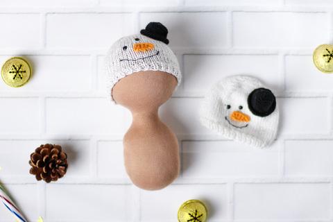 Шапка в'язана ручної роботи для ляльки  - Сніговик