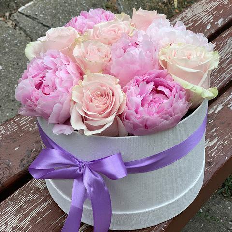 Композиция из ароматных пионов и роз в белой подарочной коробке