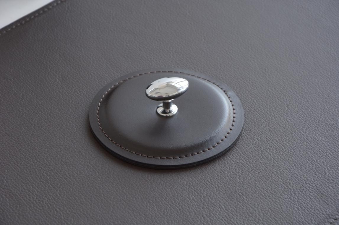 Пресс-папье из итальянской кожи Cuoietto цвета черный с металлической вставкой.