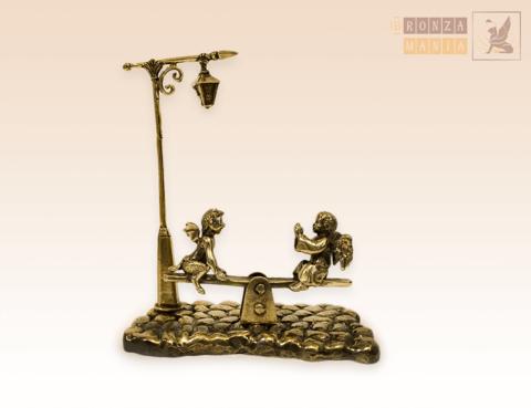 фигурка Ангелочек и Чертенок на качелях с фонарем на брусчатке