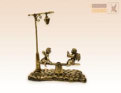 Ангелочек и Чертенок на качелях с фонарем на бронзовой брусчатке