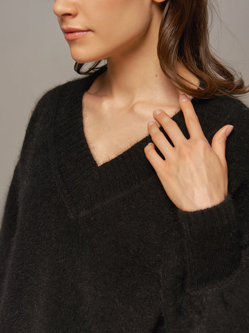 Женский джемпер черного цвета из ангоры с объемными рукавами  - фото 2