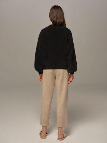 Женский джемпер черного цвета из ангоры с объемными рукавами  - фото 3