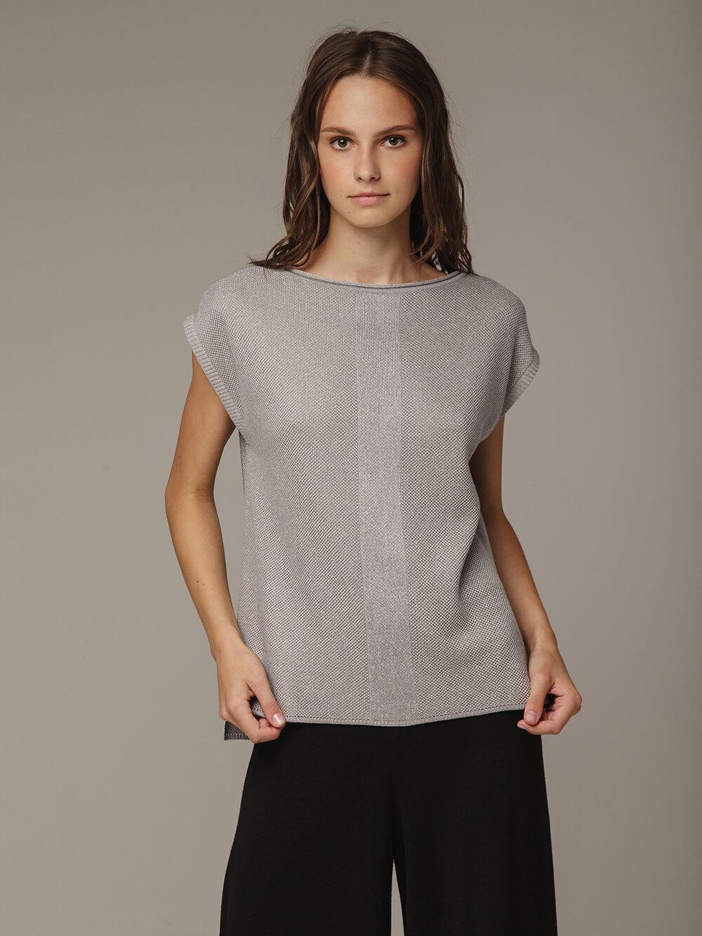 Женский джемпер серого цвета с удлинением по спинке
