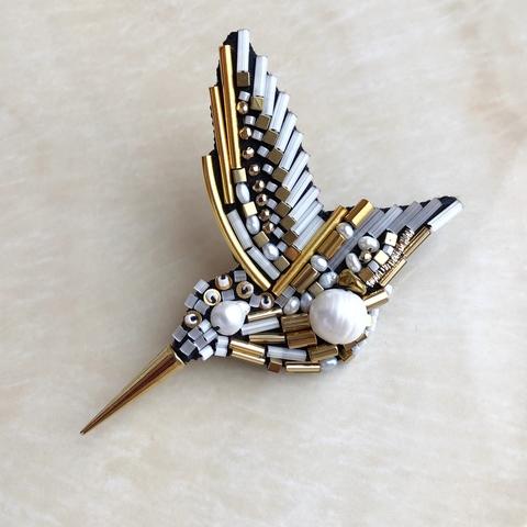 моносерьга и брошь колибри, из жемчуга, метала, гематита и бисера