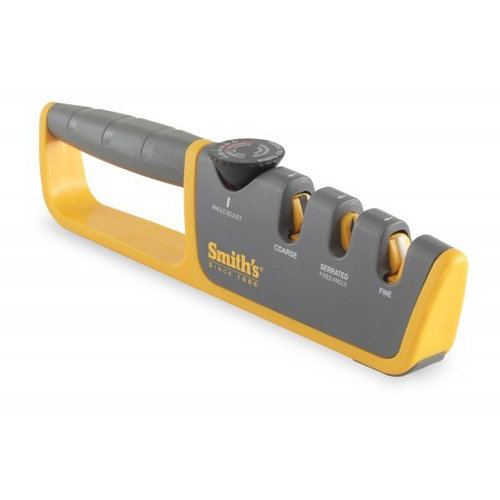 Точилка механическая Smith`s с регулируемым углом заточки 50264Ручные механические точилки для ножей<br>Точилка механическая Smith`s с регулируемым углом заточки 50264<br><br>Механическая точилка с регулируемым углом заточки от Smith`s – универсальное устройство, поскольку оно подходит для заточки как азиатских, так и европейских ножей. <br>Точилка имеет паз с карбидными абразивами, необходимыми для заточки очень тупых или поврежденных ножей. Для стадии полировки или каждодневной правки предусмотрен отсек с керамическими дисками. Он также справится с серрейторными ножами. <br>Отличительной особенностью данной конкретной модели является колесико настройки угла заточки. Оно легко регулируется и задает нужный угол заточки сразу в обоих пазах (грубой и тонкой заточки). Для полной безопасности и удобства использования основание точилки имеет резиновое покрытие, предотвращающее скольжение. Для того чтобы приступить к процессу заточки, нужно сперва отрегулировать колесико, нажав на него и повернув до нужного угла. <br>Можно воспользоваться заводскими рекомендациями или следовать тем, что предложены на точилке. Самым основным вариантом для тупого ножа является положение в 90 градусов. Для возвращения первозданной остроты лезвия достаточно 6-10 протяжек. Чтобы точилка прослужила как можно дольше, рекомендуется очищать ее после каждого использования тканевым полотенцем или мягкой щеткой. Промывать устройство под струей воды нельзя.<br>