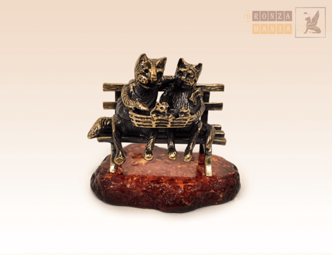 Кот и кошка с котятами в корзинке на янтаре