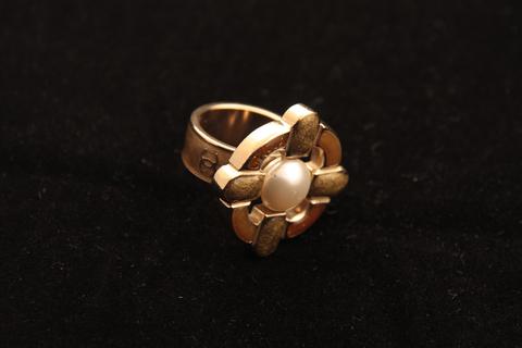 Стильное кольцо с эмалью и жемчужиной от Chanel