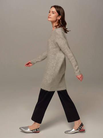 Женский удлиненный джемпер светло-серого цвета с V-образным вырезом - фото 4