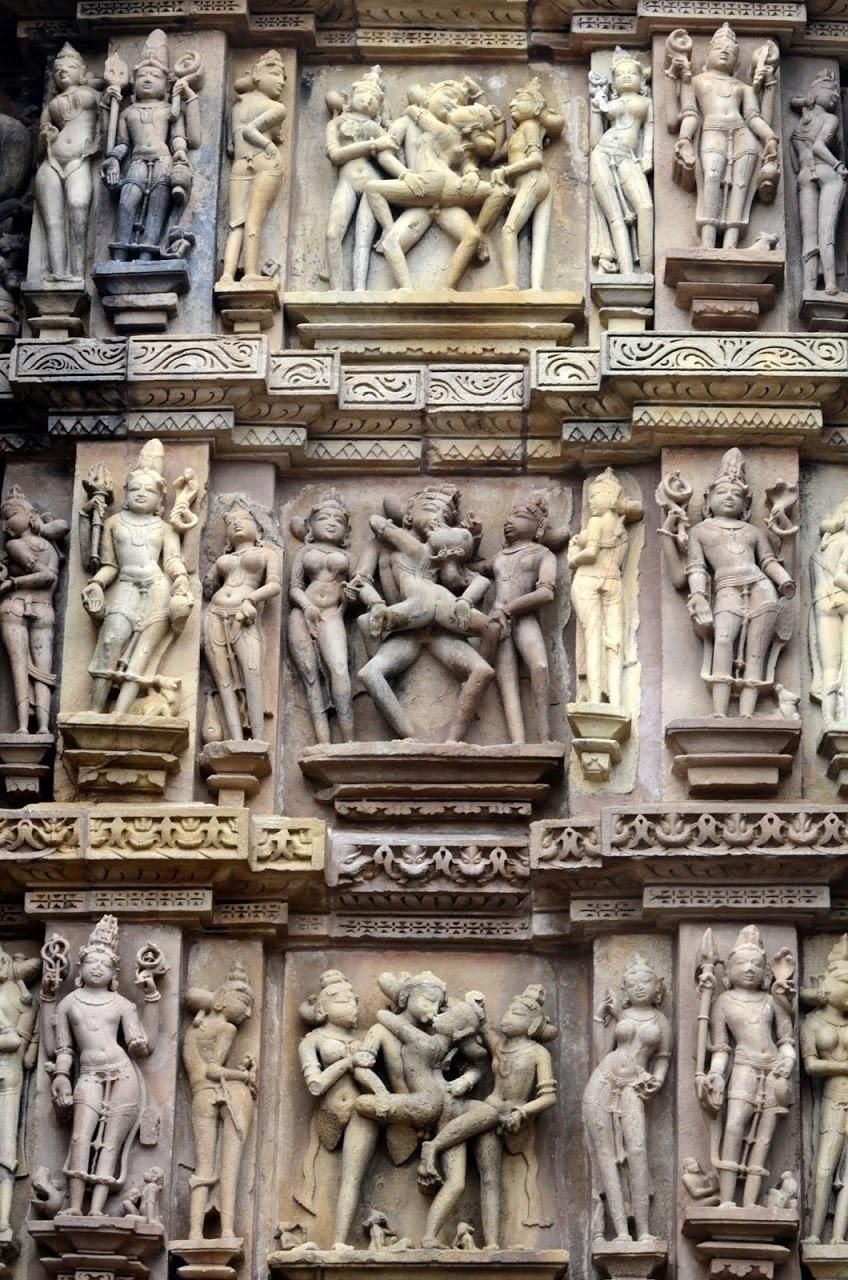 Индия. Эротические храмы Кхаджурахо, фрагмент скульптурной композиции.
