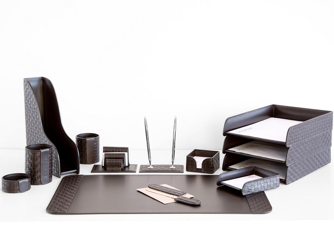 На фото набор на стол руководителя артикул 61215-EX/CT 13 предметов выполнен в цвете темно-коричневый шоколад кожи Cuoietto Treccia и Cuoietto. Возможно изготовление в черном цвете.
