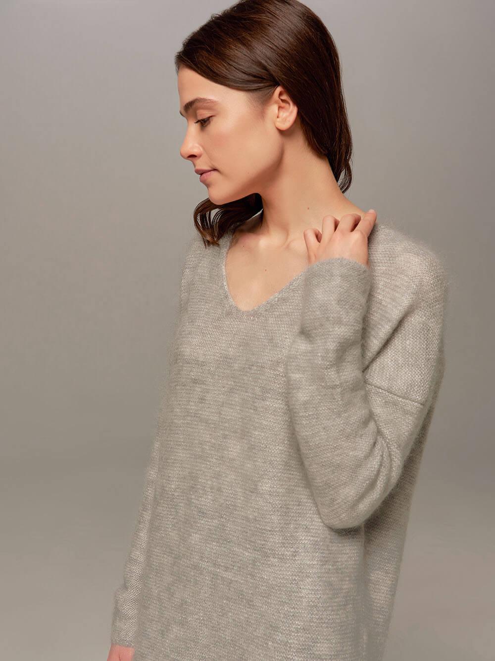 Женский удлиненный джемпер светло-серого цвета с V-образным вырезом - фото 1