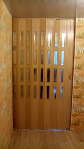 Дверь гармошка с витражами, цвет бук