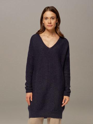 Женский удлиненный джемпер темно-синего цвета с V-образным вырезом  - фото 1