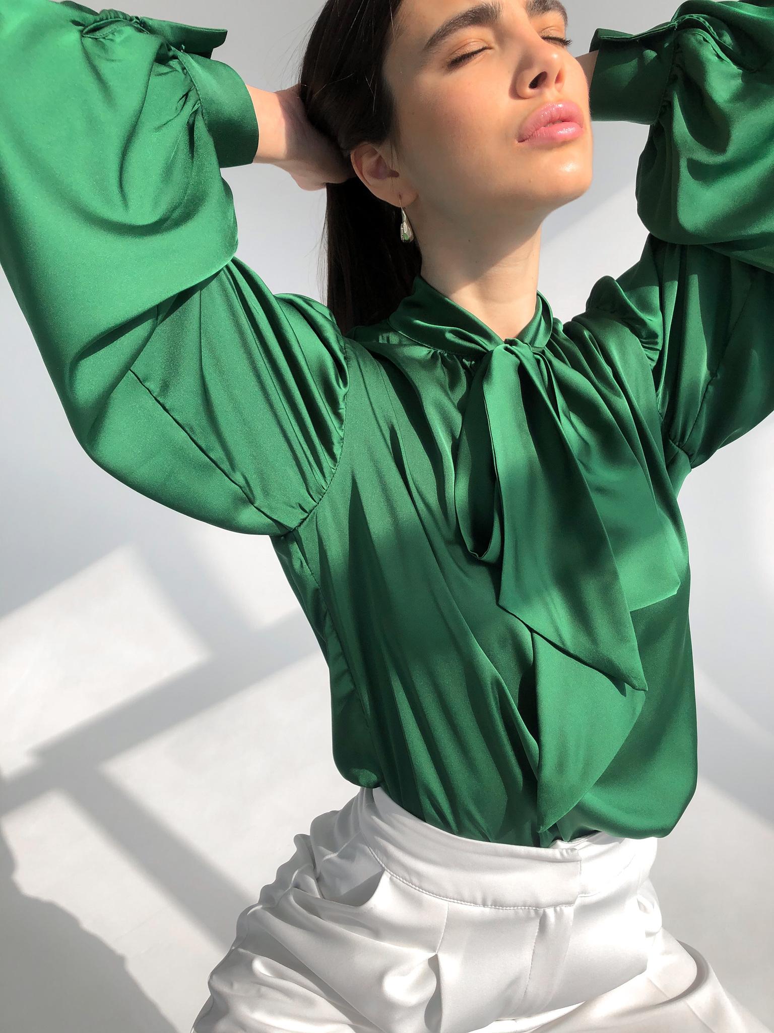 Блуза шелковая однотонная с бантом (изумруд)