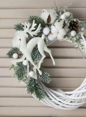 Венок плетёный с белым оленем 25см