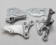 Подножки передние с кронштейнами для мотоцикла Suzuki GSX-R600/750 06-10