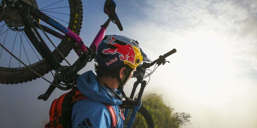 Экшн-камера GoPro HERO8 с велосипедом на плече