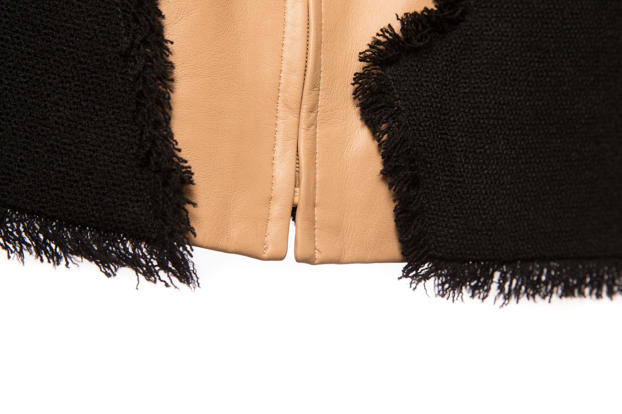 Эффектный жакет из черного твида и бежевой кожи от Chanel, 40 размер.