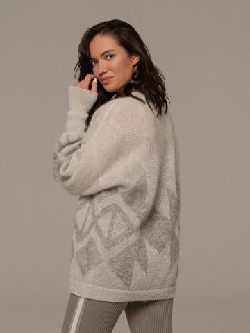 Женский джемпер светло-серого цвета с принтом - фото 2