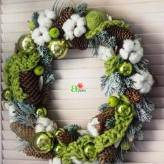 Венок с зелёным декором 50 см