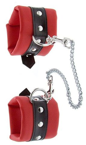 Красно-чёрные наручники на металлической цепочке