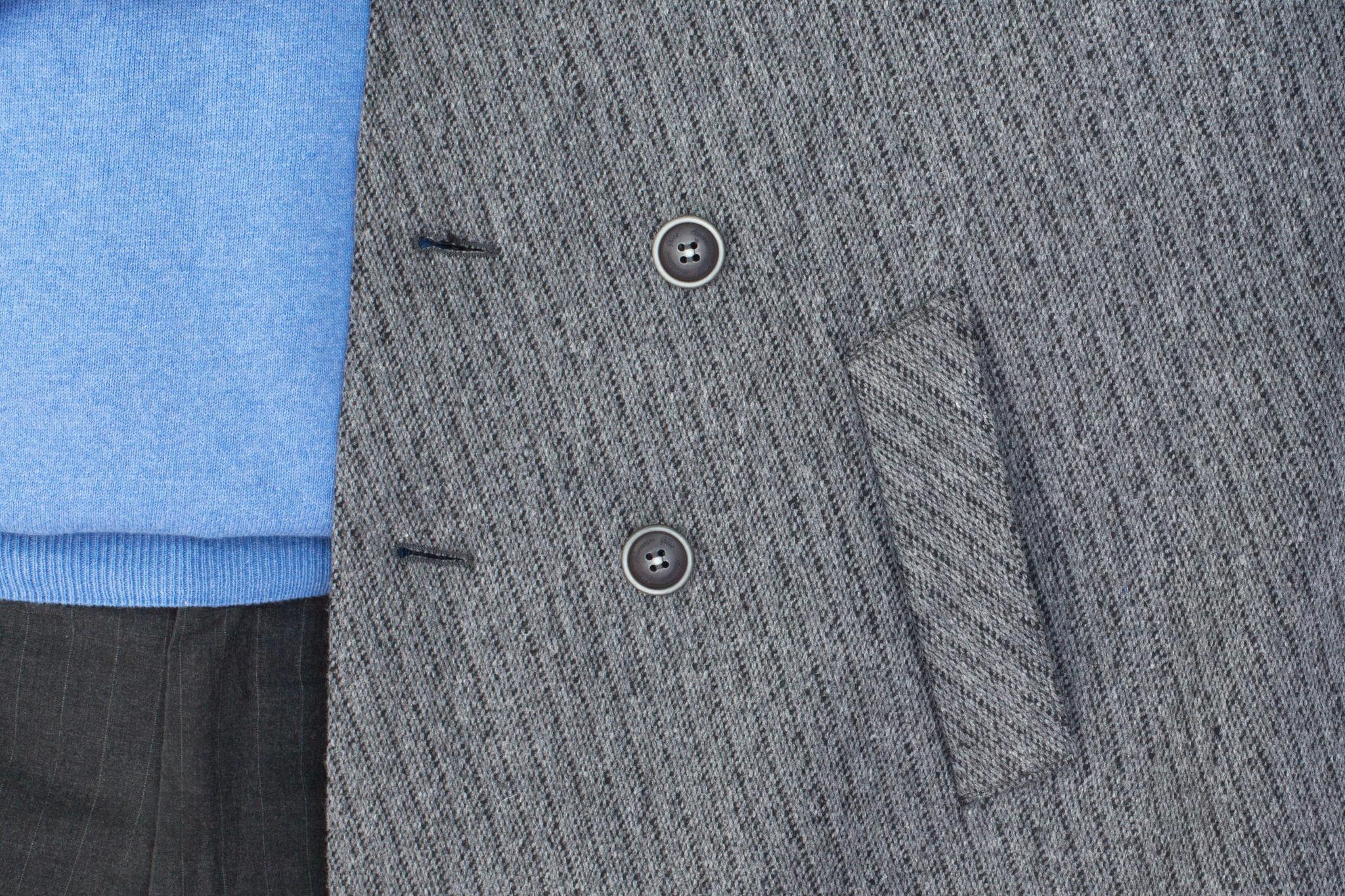 Серый короткий бушлат в полоску из смеси шерсти, хлопка и синтетики, накладной карман