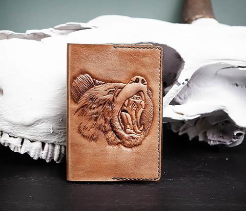 Кожаная обложка на паспорт с медведем, тиснение
