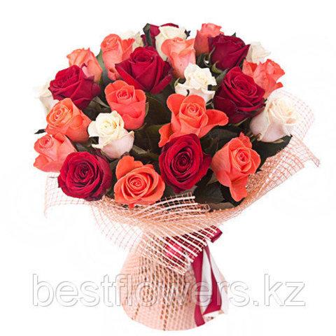 Букет из 25 красно-розовых и оранжевых роз
