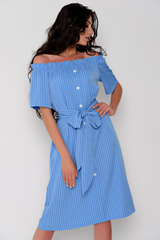 Модное платье со спущенной линией плеча, на резинке.  По переду имитация планки с пуговицами. Платье свободного кроя. Пояс съемный в виде банта. Длина: 44-50р - 100см