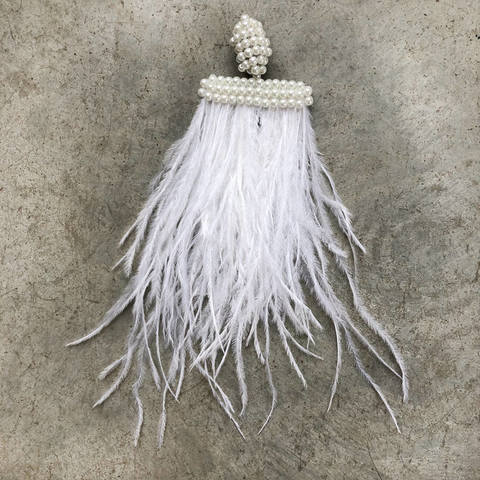 Моносерьга - клипса с белыми перьями